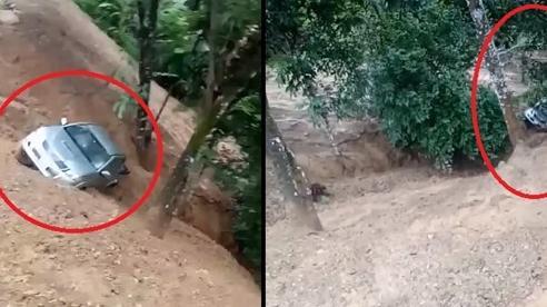 Video: Kinh hãi sạt lở đất cuốn trôi cả ô tô xuống vực