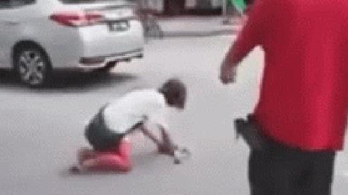 Đoạn clip gã đàn ông đánh đập cô gái bò lồm cồm giữa đường 'gây bão' MXH, bất ngờ nhất là phản ứng của các nhân chứng