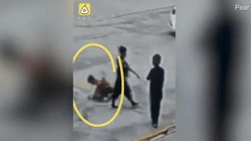 Đốt pháo trên nắp cống, cậu bé bị thổi bay lên không trung khiến đám bạn chạy tán loạn