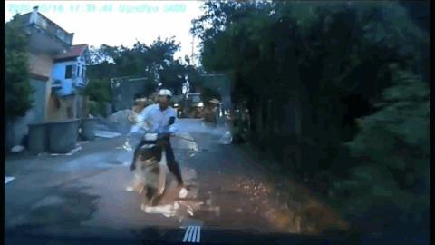 Tài xế ô tô bất lực nhìn xe máy đâm thẳng vào xe mình