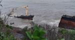 'Con tàu ma' khổng lồ dạt vào ghềnh đá Lăng Cô bị sóng đánh gãy đôi