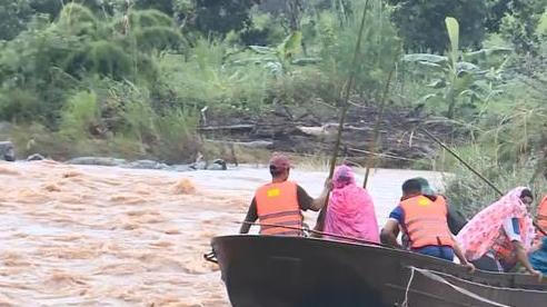 Cùng con chèo thuyền đi trao quà cứu trợ cho dân vùng lũ, cụ ông 80 tuổi mất tích
