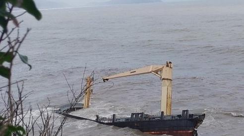 Tàu chở hàng khổng lồ mắc cạn bị sóng đánh gãy đôi