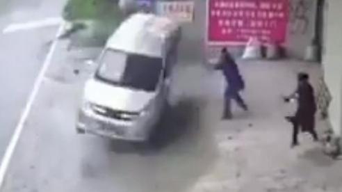 Clip: Xe ô tô bất ngờ mất lái và pha santo hiếm có khiến tất cả thót tim