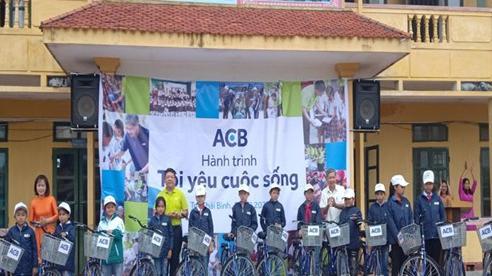 Trao áo ấm, xe đạp cho học sinh nghèo vùng quê hiếu học