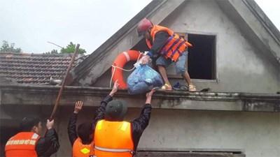 Căng mình giúp địa phương sơ tán dân đến nơi an toàn