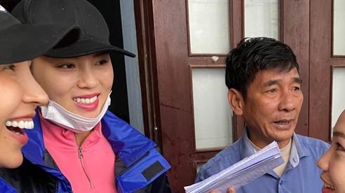 1500 suất hàng Hoa hậu Kỳ Duyên - Minh Triệu mang đi cứu trợ miền Trung bị nước tràn vào làm hỏng gần hết