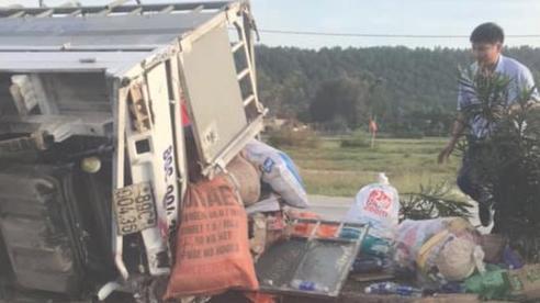 Nghệ An: Lật xe chở đồ cứu trợ lũ lụt tài xế nguy kịch