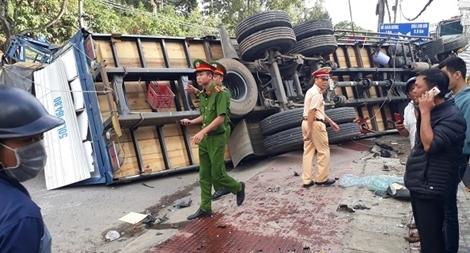 Xe tải chở bia gây tai nạn náo loạn trên phố