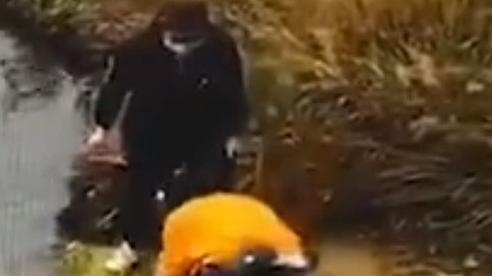 Bất ngờ ngã xuống hồ khi đang cột dây giày, người phụ nữ níu theo bạn thân khiến cả 2 chết thảm, chân tướng đằng sau khiến ai cũng hoảng sợ