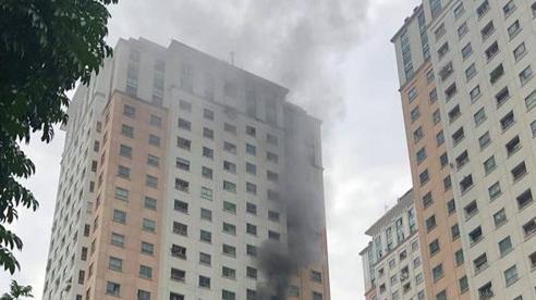 Cháy căn hộ tầng 13 khu đô thị Xa La, nhiều người dân hốt hoảng chạy lên nóc tòa nhà thoát nạn