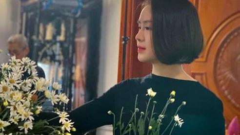 Hồng Diễm thích thú chụp ảnh cùng cúc họa mi trên phim trường
