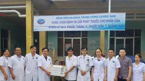 Đoàn bác sĩ BVĐKTW Quảng Nam khám bệnh cho người dân vùng lũ