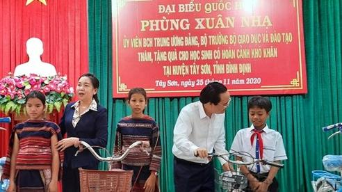 Bộ trưởng Phùng Xuân Nhạ thăm, tặng quà học sinh Bình Định