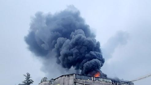 Cháy lớn tại kho chứa hàng ở Nghệ An, khói đen bốc lên cuồn cuộn