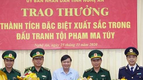 Trao thưởng thành tích xuất sắc trong đấu tranh phòng, chống tội phạm ma túy