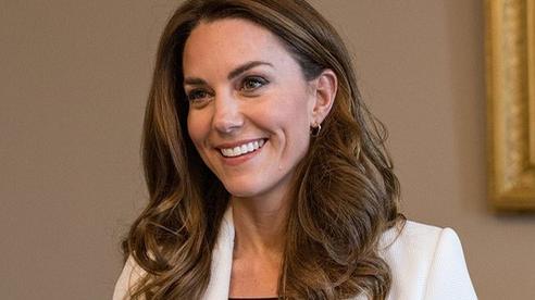 Công nương Kate tái xuất rạng rỡ nhưng gây chú ý hơn là phản ứng của cô sau khi thông tin Meghan Markle sảy thai được tiết lộ