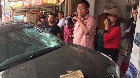 Ô tô tông xe máy rồi lao vào nhà dân 2 cha con tử vong, 1 người văng lên nóc nhà