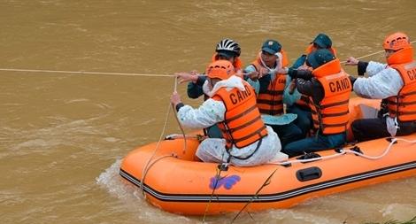 Mưa lớn, tạm dừng tìm kiếm 2 du khách bị nước lũ cuốn trôi