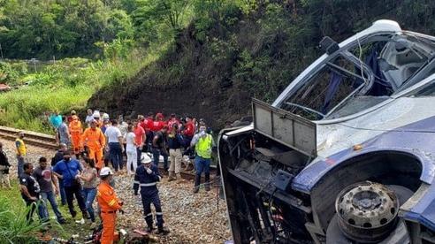 Xe khách lao khỏi cầu vượt, 17 người chết, hàng chục người khác bị thương