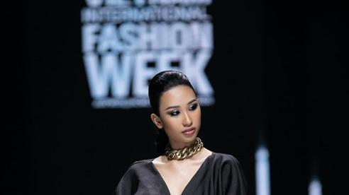 Á hậu Mâu Thủy Vedette trong show của nhà thiết kế Long Ng