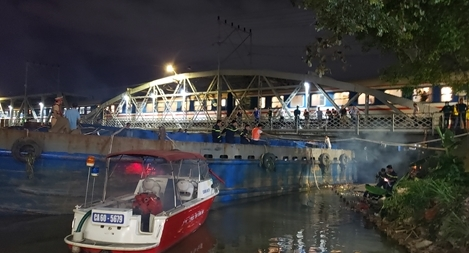 Giải cứu sà lan 500 tấn kẹt dưới cầu đường sắt Bắc - Nam