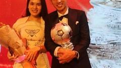 Hùng Dũng và Quang Hải ngọt ngào cùng 'nửa kia'  trong đêm trao giải Quả bóng vàng 2019