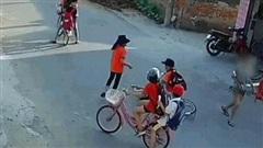 Người phụ nữ cầm gậy tấn công học sinh, nhiều em sợ hãi phải nhảy xuống khỏi xe đạp tháo chạy