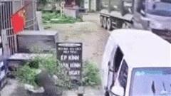 Clip: 3 thanh niên chạy 'trối chết' khi thấy xe ben cua gấp, lao đến bất ngờ