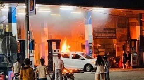 Hà Nội: Ô tô lùi trúng cột bơm xăng rồi bốc cháy dữ dội