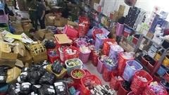 Nữ 9X găm cả kho mỹ phẩm, túi xách không nguồn gốc ở Đà Nẵng