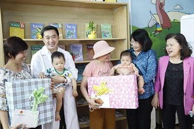 Phó chủ tịch nước Đặng Thị Ngọc Thịnh tặng quà động viên các bệnh nhi tại Bệnh viện K