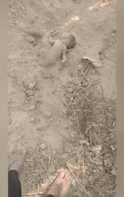 Bé trai bị chôn sống được giải cứu thần kỳ nhờ chân bám đầy bụi thò lên mặt đất