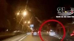 Clip: Taxi trượt bánh xe tóe lửa, bất ngờ chuyển làn rồi đâm vào xe máy dừng đỗ bên đường