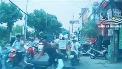 Thanh niên xăm trổ dắt xe máy dựng giữa đường, thách thức người dân động vào xe gây phẫn nộ