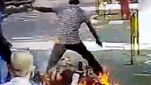 Xe máy bốc cháy ngùn ngụt khi phun khử trùng tại Ấn Độ