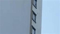 Thanh niên đứng khua tay trên nóc nhà cao tầng nửa tiếng, hồi hộp cảnh người đàn ông bò lên giải cứu