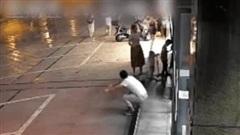 Bản năng của người mẹ cứu 3 đứa trẻ trong phút giây gặp tai nạn khó ngờ khi đang chơi trên vỉa hè