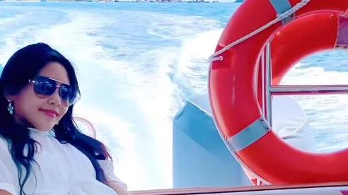 Hai con gái Quyền Linh rạng rỡ ở biển Phú Quốc, Lọ Lem vẫn là điểm nhấn với thần thái sang chảnh hết nấc