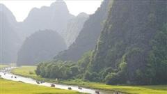 Khám phá Tràng An, chinh phục Lũng Cú và loạt trải nghiệm ở Việt Nam khiến khách Tây ấn tượng
