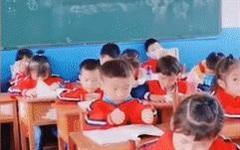 Dùng tay 'múc' vội kiến thức vào đầu trước giờ kiểm tra, cậu bé khiến dân mạng cười bò vì đáng yêu hết mức