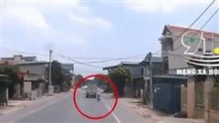 Clip: Xe máy chạy tốc độ cao bất ngờ mất lái tông thẳng vào đuôi xe tải ngã văng ra lề đường bất tỉnh