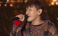 Khi idol Kpop biểu diễn dưới mưa: Người có sân khấu huyền thoại, kẻ thu về một đống meme hài hước được fan tích cực 'nhai đi nhai lại'
