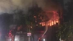 Cận cảnh quán bar lớn ở TP Vinh bốc cháy ngùn ngụt trong đêm
