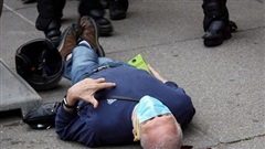 2 cảnh sát Mỹ bị bắt vì xô ngã cụ ông 75 tuổi đập đầu xuống đất nguy kịch, video quay lại hiện trường khiến dư luận sục sôi