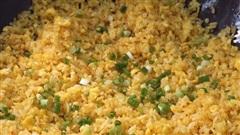 Cơm rang trứng mềm tơi, săn chắc, bóng bảy, nảy từng hạt, tất cả phụ thuộc vào đúng thao tác này