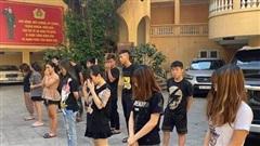 Tạm giữ 14 nam nữ đua xe đánh võng gây tại nạn ở bờ hồ Hoàn Kiếm