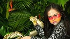 Mẫu nhí 8 tuổi bạo dạn chụp ảnh với động vật hoang dã
