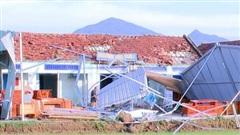 Mưa giông kèm lốc xoáy làm hư 80 nhà dân, 12.000 hộ dân bị cúp điện tại Phú Yên
