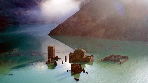 Sự thật về 'ngôi làng ma' gần 1.000 năm tuổi chìm nghỉm dưới nước rồi lại bất ngờ nổi lên sau nhiều năm, tàn tích gần như còn nguyên vẹn gây ngỡ ngàng